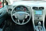 Der Fahrer des Mondeo Hybrid sitzt in einem ergonomisch gestalteten Cockpit. Die manuell einstellbaren vorderen Sportsitze (gibt es optional elektrisch) sind gut konturiert, angenehm gepolstert und bieten stabilen Seitenhalt.