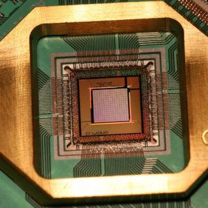 Foto eines Quantencomputer-Chips, hergestellt von D-Wave Systems.