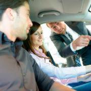 Für Frauen ist Sicherheit beim Autokauf wichtiger, Männer legen größeren Wert auf die Qualität.