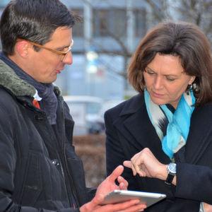 Bayerns Wirtschaftsministerin Ilse Aigner lässt sich die Funktionen der neuen Web App von Cirrantic-Chef Arne Meusel demonstrieren.