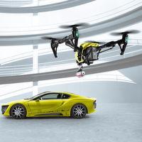 Weltpremiere des Hybrid-Sportwagens Σtos mit Autopilot und Drohne