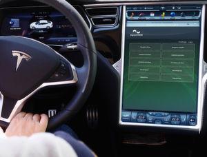 Smart Living hält nun Einzug in den Tesla: Über die neue Anwendung lässt sich das Smart Home ab sofort ganz einfach von unterwegs bedienen.