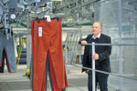 Projektleiter Jürgen Dietsch am Belader für Hängeware, von wo aus die Ware im Hochregallager eingelagert wird.