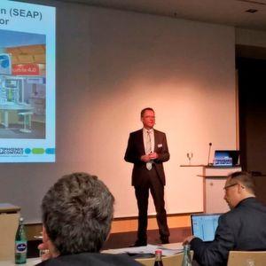 Phoenix-Contact-Geschäftsführer Roland Bent präsentiert Zahlen und Fakten aus dem vergangenen Jahr und stellt künftige Vorhaben des Unternehmens vor.