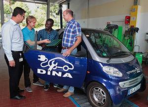 """Neue Standards für Diagnose und Reparatur von E-Fahrzeugen: Im Rahmen des Entwicklungskonsortiums DINA (Diagnose und Instandsetzung für Elektrofahrzeuge) haben Experten ein wettbewerbsfähiges Instandsetzungskonzept für die Diagnose und Reparatur von Elektrofahrzeugen erarbeitet. Das Projekt wurde mit 2,8 Millionen Euro im Rahmen des Spitzenclusters """"Elektromobilität Süd-West"""" vom Bundesministerium für Bildung und Forschung gefördert. Beteiligt waren die Bosch-Gruppe, die DEKRA Automobil GmbH, das Fraunhofer Ernst-Mach-Institut sowie das Forschungsinstitut für Kraftfahrwesen und Fahrzeugmotoren Stuttgart."""
