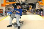 """Wesentliche Neuerung an den vom Umbau betroffenen Bandabschnitten sind die individuell höhenverstellbaren Hängebahnen, mit denen die Fahrzeuge durch die Montage """"schweben"""". Die neue Technik ist laut VW leise, flexibel, ergonomisch und entlastet somit die Mitarbeiter."""