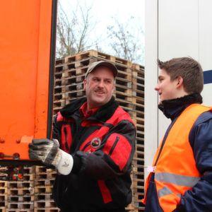 Willi Aue und Lukas Siebner beim Tausch der Wechselbrücken.