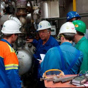 Peter Goth, Sachverständiger vom TÜV Süd Chemie Service mit Kollegen vor Ort. Viele unterschiedliche Firmen arbeiten gemeinsam an einem erfolgreichen Turnaround.
