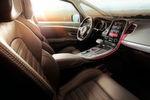 Hochwertige Materialien kennzeichnen den Innenraum. Dazu zählen bei der Ausstattungslinie Initiale Paris zum Beispiel Aluminium für die Umrandung der Mittelkonsole sowie Nappaleder für den Lenkradkranz und die Sitze.