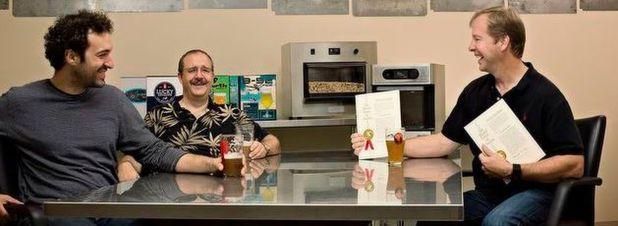Die Unternehmensgründer von PicoBrew: Avi Geiger, Jim Mitchell und CEO Bill Mitchell. Im Hintergrund der Bierbrau-Automat Zymatic.
