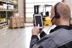 Maschinen steuern per Tablet und Headset: Interaktive Assistenzsysteme erleichtern den Arbeitsalltag in der Produktion – auch in kleinen und mittelständischen Unternehmen.