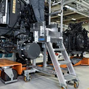 Für einen Traktorenhersteller konstruierte Hymer teleskopierbare Aluminiumtritte zur Anbindung an die Fertigungsstraße.