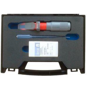 Der Prüfkoffer enthält Refraktometer, Entnahmepipette und die Dose mit den Öl-Teststreifen.