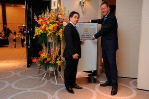 Vorstandsvorsitzender Philip Harting (rechts) und Managing Director Kenji Nogata blicken auf 30 Jahre Harting Japan zurück.