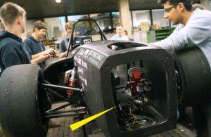ACE unterstützt Studenten des HAWKS Racing e. V. der Hochschule für angewandte Wissenschaften Hamburg mit Industriegasfedern für die Pedalen im Cockpit. Diese lassen den Fahrer trotz der Erschütterungen aus dem Fahrbetrieb die gewünschte Pedalposition konstanter halten und stabilisieren zudem den Fahrerfuß in fahrkritischen Situationen