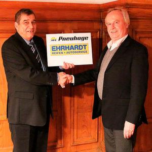 Rolf Ehrhardt (rechts) und Peter Schütterle (links), Inhaber von Pneuhage, haben sich auf die Weiterführung von Reifen Ehrhardt durch die Pneuhage-Gruppe geeinigt.