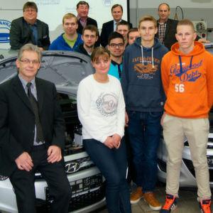Vertreter der Kfz-Innung Eutin übergeben zwei Hyundai i10 an die Berufliche Schule des Kreises Ostholstein.