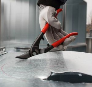 Mit der Erdi Ideal-Schere D216-280-B-SBSK des Qualitätswerkzeugherstellers Bessey können Bleche jetzt noch flexibler bearbeitet werden. Egal ob durch-laufende gerade oder Figurenschnitte gefordert sind, egal ob der Schnitt am Blechrand oder mitten in der Tafel angesetzt werden soll.