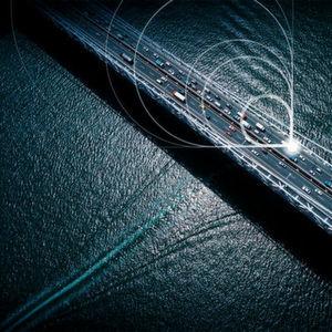 Anwendungsbeispiel für M2M-Kommunikation: Autos können miteinander kommunizieren und Informationen über Staus oder eventuelle Gefahren übermitteln.