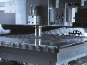 Gefragt bei Elektronikherstellern: Die Laserschneidanlage M-Cut von Manz ist in der Lage, superhartes und kratzfestes Glas bis 2 mm zu schneiden. Für die Elektronikindustrie ein wichtiger Schritt.