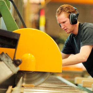 Ein Auszubildender in einem Betrieb der Holzpackmittel-Branche.