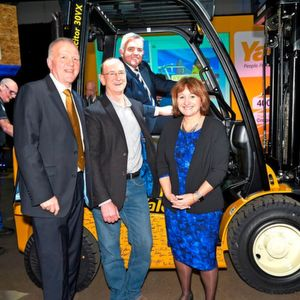 Der Yale 400K rollt in Craigavon vom Band: (von links nach rechts) Harry Sands, Managing Director EMEA, Hyster-Yale Group, Rod Hogg, Logistics Manager, Oxfam, Jonathan Bell, MLA Minister of the Department of Enterprise Trade and Investment, Alison Hopkinson, Oxfam Finance Director.