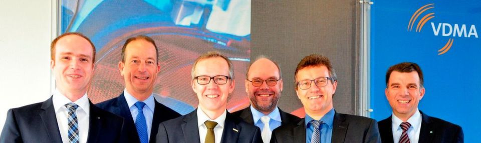 Der AG-Vorstand von links: Marc Kirchhoff (Trumpf), Nicolas Beyl (Krauss-Maffei), Matthias Graf (Dieffenbacher), Klaus-Peter Welsch (Geiss), Peter Egger (Engel Austria) und Jochen Schmidt (Karl Mayer Malimo). Ein weiteres Mitglied, Lothar Gräber von Schuler Pressen, war leider verhindert.
