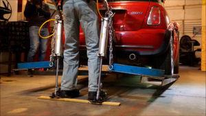 Immerhin einen BMW Mini kann das Beinverstärkungs-System schon anheben. Der Mini wiegt etwa 1,2 t.