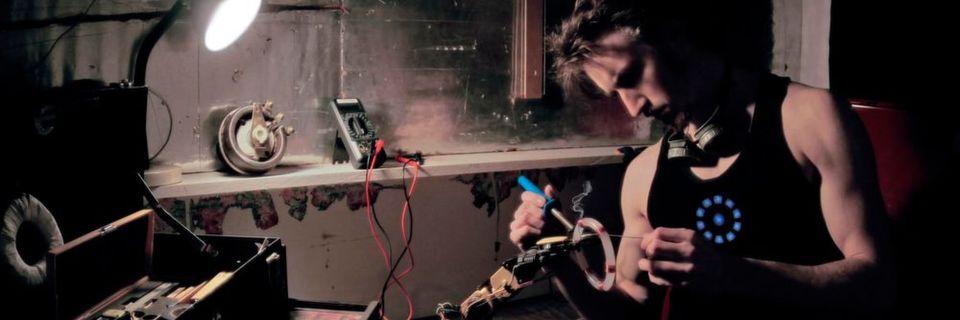 Was macht man, wenn man handwerklich begabt ist und ein Nerd? Genau: Man baut sich ein Exoskelett à la Iron Man.