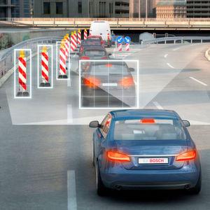 Wenn sich das Gaspedal mit Fahrerassistenzsystemen und der Umwelt vernetzt, kann es den Fahrer vor gefährlichen Situationen warnen.
