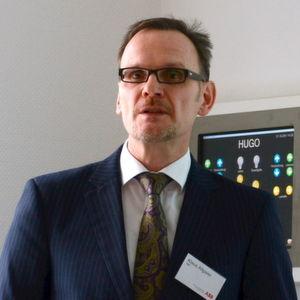 """Klaus Allgaier zeigt, dass Frequenzumrichter heute mehr können, als """"nur"""" die Drehzahl zu regeln."""