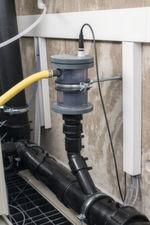 Für die pH-Endkontrolle wurde ein spezielles Gefäß konstruiert, das eine Austrocknung des pH-Sensors während längerer Betriebspausen verhindert.