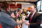 Zur Eröffnung verteilte der Seat-Markenverantwortliche von Tiemeyer, Antonino Russo, rote Rosen an die Gäste.