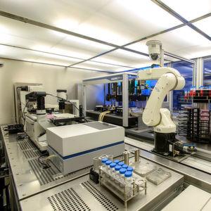 Die Innenansicht der Stem-Cell-Factory (zum Vergrößern siehe Bildergalerie): Mit der vollautomatischen Anlage zum Generieren von Stammzellen ist es Fraunhofer-Forschern gelungen, die Prozesssteuerung an das Wachstum der Zellen anzupassen. Damit haben sie ein adaptives System entwickelt, das sich für viele Branchen eignet.