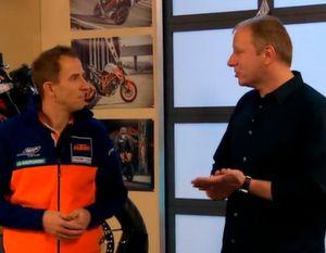 Jens Tuma vom Zweiradhersteller KTM und Mike Campbell von PTC zeigen die auf Augmented Reality basierende Wartungslösung.