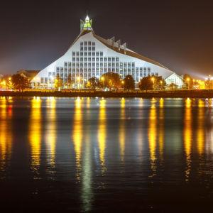 Die Nationalbibliothek in Riga bei Nacht