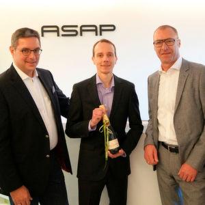 Robert Werner, COO Standort Ingolstadt, gratuliert dem 1000. ASAP-Mitarbeiter Thomas Rudolph zusammen mit Michael Neisen, der als CEO der ASAP Gruppe das starke Wachstum in den letzten Jahren begleitet hat.