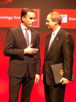 Dr. Jochen Köckler, Mitglied des Vorstandes der Deutschen Messe (links) und John B. Emerson, US-Botschafter in der Bundesrepublik Deutschland.