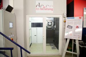 Der Einsatz von Rauch zur Verdeutlichung der Luftströme im Kaltgang sind der Hit bei den Buschern des Forschungs- und Test-Datacenter. Doch derzeit befindet sich das RZ von DE-CE RZ-Beratung und dem Herman-Rietschel-Institut einer Umbaupause.