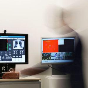 Der Proxemic-Monitor ist an einen PC und dieser an die Datenbank angeschlossen, in der alle Vitaldaten der Patienten der Intensivstation zusammenlaufen.