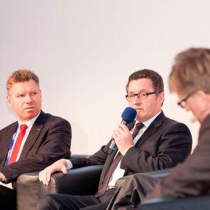 """Die Podiumsdiskussion des »Automobil Industrie Leichtbau-Gipfel« 2016 mit Heinrich Timm, Mitglied des Vorstands CCeV (Mitte), und Dr. Martin Hillebrecht, EDAG (li.), wird sich damit beschäftigen, """"wie Sie den Leichtbau an die richtige Stelle bringen""""."""
