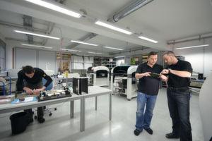 Bild 1: In der Produktion von High Q. Das Unternehmen deckt ein großes Leistungsspektrum ab: SMD-Bestückung, THT-Bestückung, Rework, Temperatursimulation und Systemprüfung gehören ebenso zum Portfolio wie Kabelfertigung und der Gerätebau.