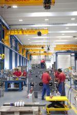 In der neuen Montagehalle von Burckhardt Compression können auch dank effizienter Kran- und Hebetechnik von Konecranes verschiedenste Kompressoren jetzt mit einer Zeitersparnis von bis zu maximal 30 % deutlich produktiver hergestellt werden.