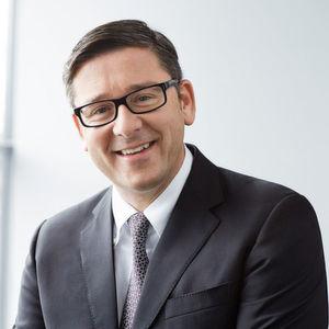 Peter Bernscher, Vorstand für Vertrieb, Marketing und Beschaffung in der Metal Forming Division und verantwortlich für die Business Unit Automotive Body Parts, von Voestalpine stellt das entwickelte phs-directform vor.