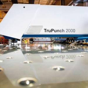 Dank bewährtem Maschinenkonzept, präziser Koordinatenführung und hoher Positioniergenauigkeit fertigt die Tru Punch 2000 maßgenaue Werkstücke.