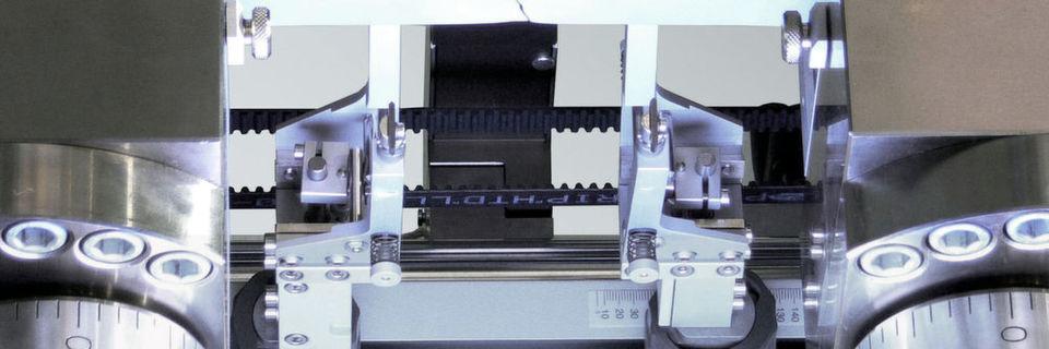 Berührungslose Messung der Breitenänderung an der Metallprobe mit einem hochauflösenden Video-Extensometer.