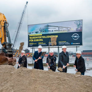 Mit einem symbolischen Spatenstich wurde gestern der Bau des neuen Warenverteilzentrum gestartet.
