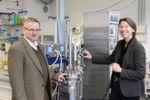 Prof. Dr. Andreas Greiner und Prof. Dr. Ruth Freitag an einem Bioreaktor in einem Labor für Bioprozesstechnik der Universität Bayreuth.