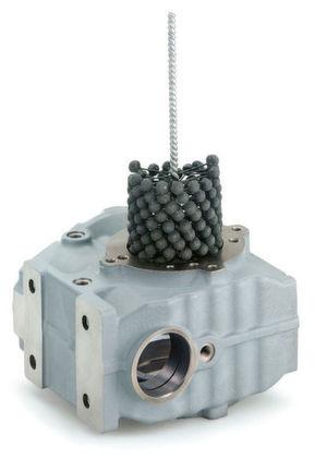 Die Alpha-Hon-Bürste eignet sich für das Finishing von Oberflächen aus Stahl, Grauguss, Aluminium und Buntmetall. Zudem kann sie für das Entgraten und Verrunden von Kanten, Einstichen, Nuten, Bohrungsaustritten und Innenflächen eingesetzt werden.