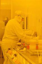 Für die Herstellung der Chiplabore nutzt Sabrina Jahns den Reinraum des Kieler Nanolabors.